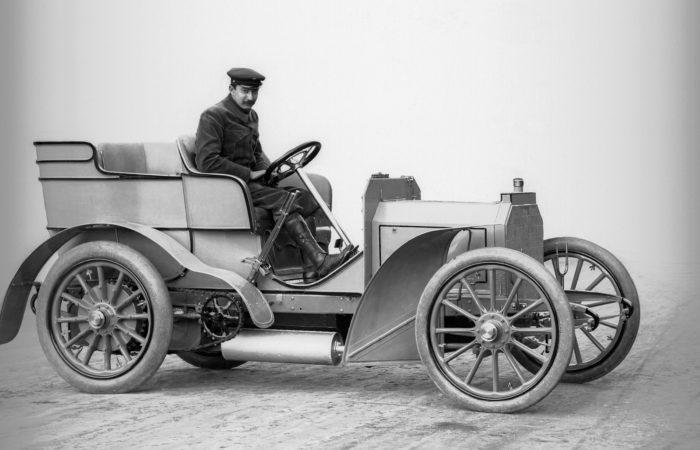 Mercedes 12/16 PS, ein Schwestermodell der 35 PS-Version von 1900. Das Fahrzeug wurde am 22. März 1901 an Emil Jellinek ausgeliefert.