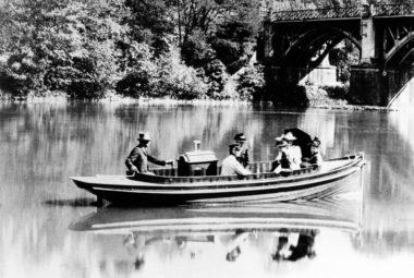 Eines der ersten Daimler-Motorboote auf dem Neckar bei Esslingen im Jahre 1892.